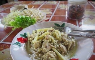 Kanom-Jeen-with-Green-Curry-OiVietNam