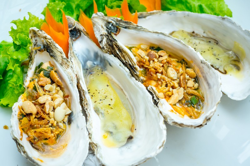 Oi-Vietnam-august2015_five-oysters_four-grilled-oysters_DSC8105_NT-OiVietNam