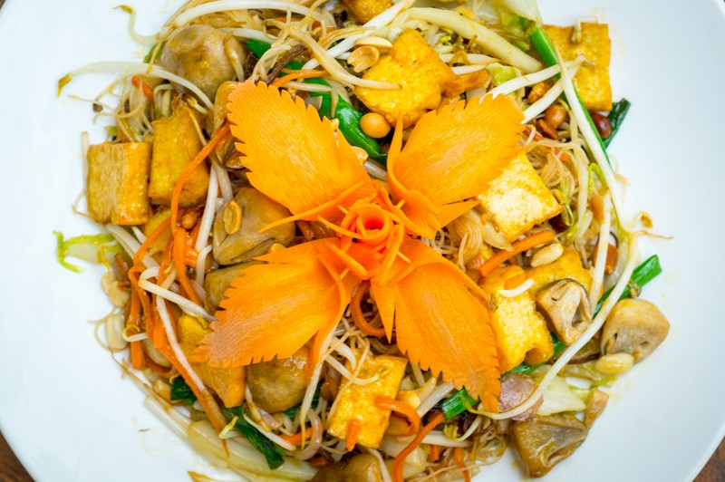 Oi-Vietnam-august2015_five-oysters_main-of-tofu-mushroom-vegetables-spring-onion-and-carrot-with-noodles-_DSC8182_NT-OiVietNam
