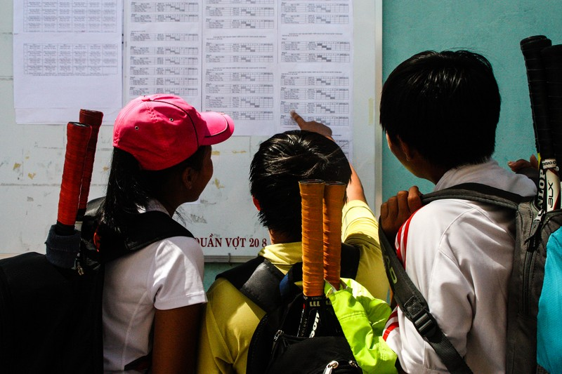 Players check the draws at the WTA Qualifying Future Stars - Vietnam - Image by James Pham-35 (OiVietNam_3N)