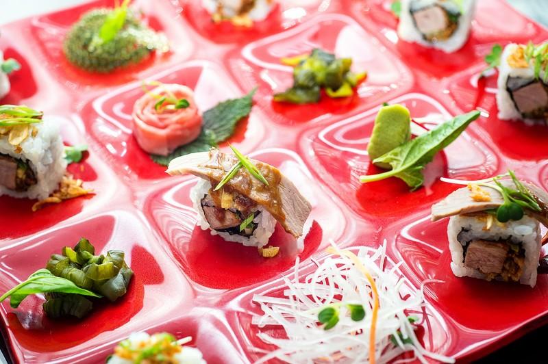 Oi Vietnam-Sep2015_ Bamboo Chic_Crispy filo prawn & Peking duck sushi roll_NT-39 (OiVietNam_3N)