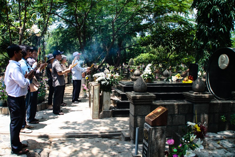 Vo Thi Sau's grave in Hang Duong Cemetery - Image by James Pham-20 (OiVietNam_3N)