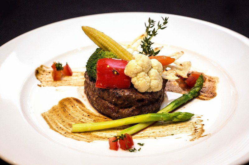 Oi Vietnam-Jan2016_canada steakhouse_150g Fillet Steak with red pepper corn & saffron sauce_DSC6576_NT (OiVietNam_3N)