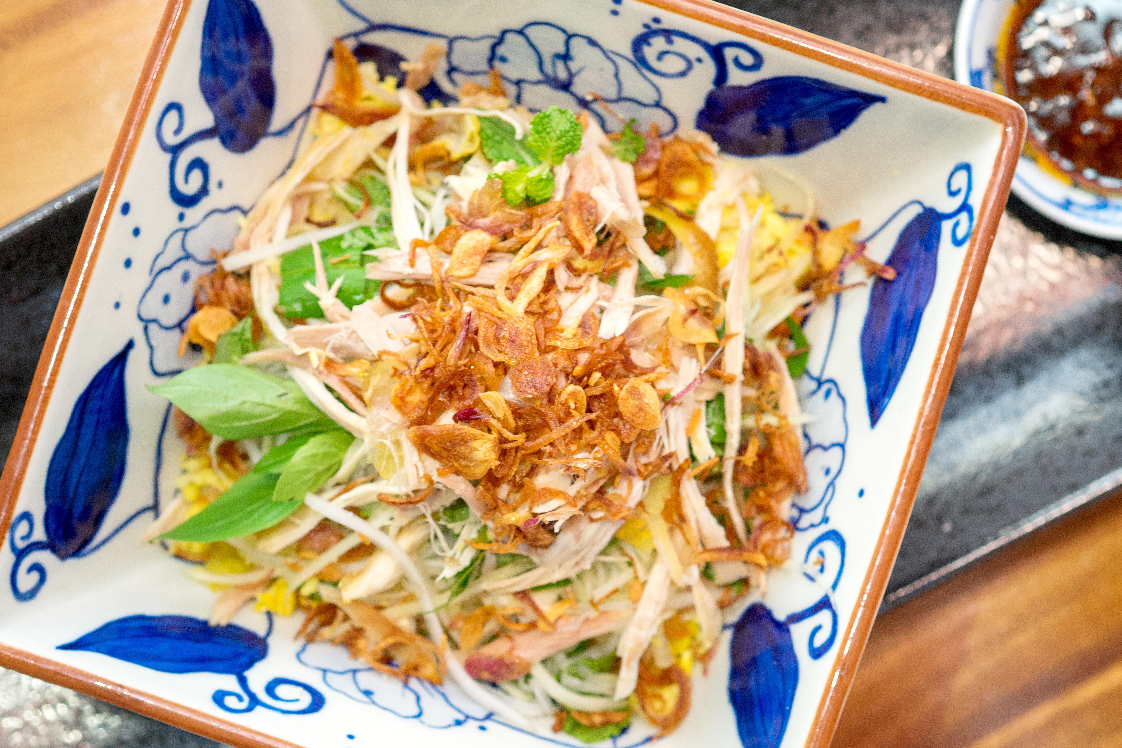 oi-vietnam-sep2016_thefishsauce_steamed-farm-raised-chicken-with-steamed-rice-mung-bean-onion-coriander-greens-_dsc9034_nt