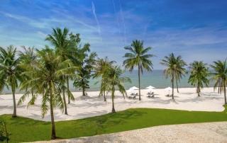 Khu nghỉ dưỡng tọa lạc bên bãi biển tuyệt đẹp - Beautiful beach near the resort
