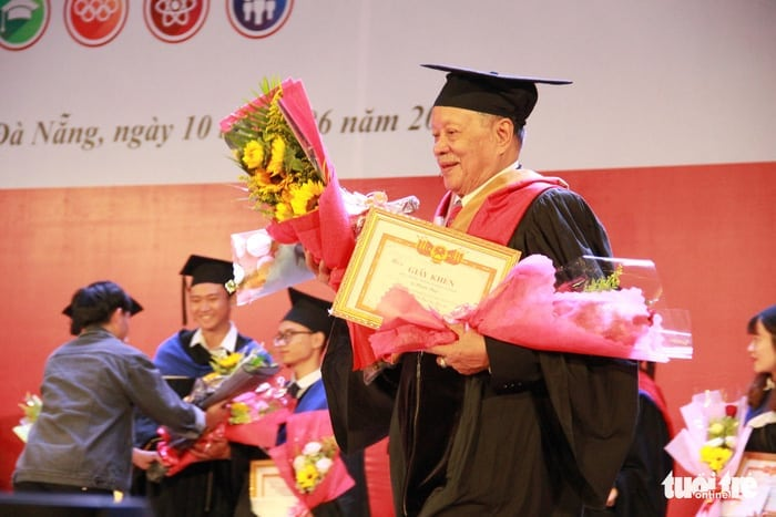 Vietnamese-man-earns-master's-degree-at-85-SR-Vietnam